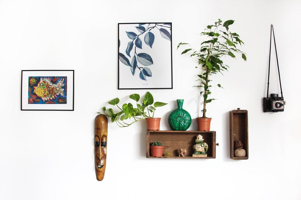 cadres noirs accrochés au mur décoration d'intérieur design moderne naturel